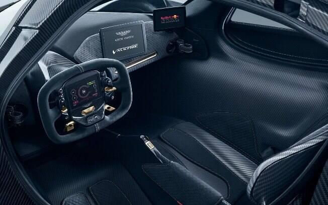 Aston Martin Valkyrie de corrida não terá qualquer luxo no interior. Apenas fibra de carbono e informações para o piloto