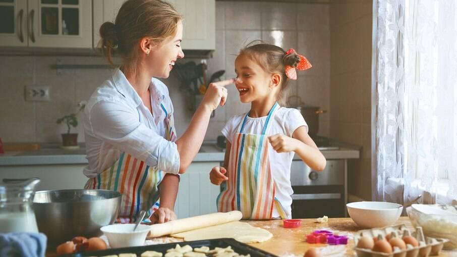 Além de deixar tudo mais bonito, decorar a casa para a Páscoa pode ser uma boa atividade para se fazer com as crianças