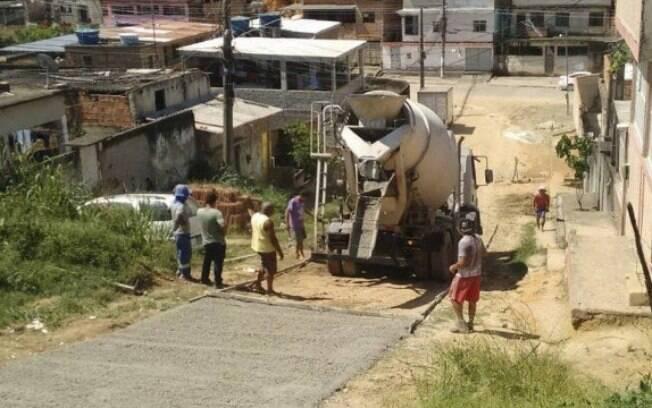 Moradores contrataram dois caminhões de concreto para asfaltar a rua
