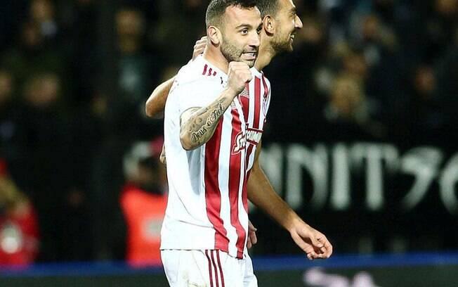 Guilherme comemora um dos gols pelo campeonato grego