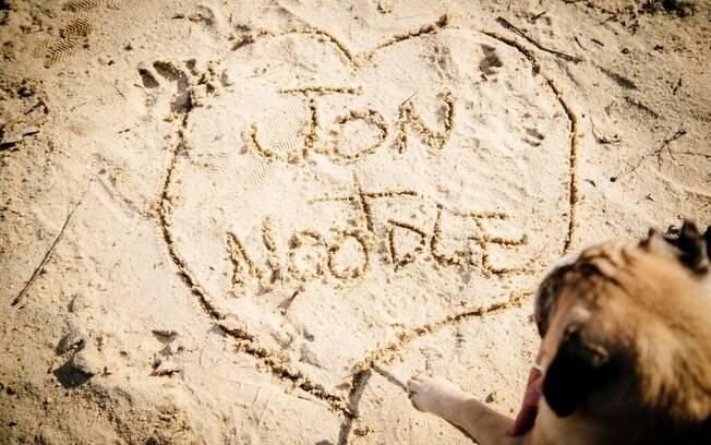 Escreveram seus nomes na areia.