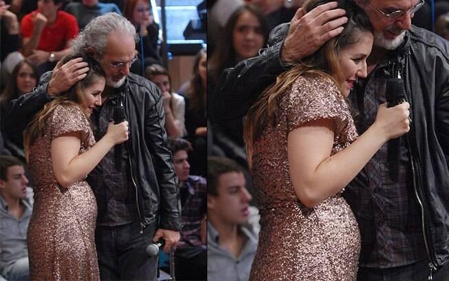 Maria Rita abraça Renato Teixeira durante gravação