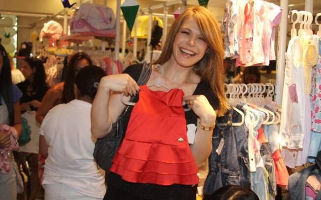 Babi escolhe vestidinho para a filha, Cinthia