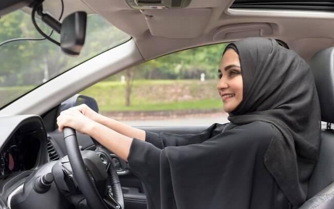 Além de poder frequentar estádios, as mulheres da Arábia saudita também serão autorizadas a dirigirem em 2018