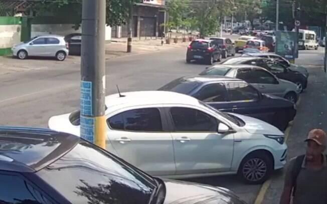 Imagens mostram momento em que suspeito se aproxima e obriga vítima a abrir porta do carro