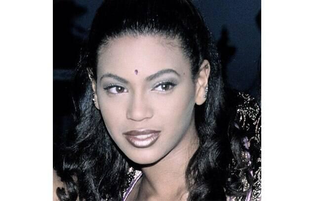 Beyoncé mostrou imagem dos anos 1990 no Instagram nessa sexta-feira (7) em que aparece com os cabelos pretos e um 'terceiro olho'