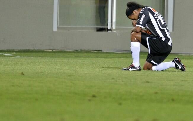 Ronaldinho Gaúcho se emociona após fazer belo  gol de falta em goleada contra o Figueirense