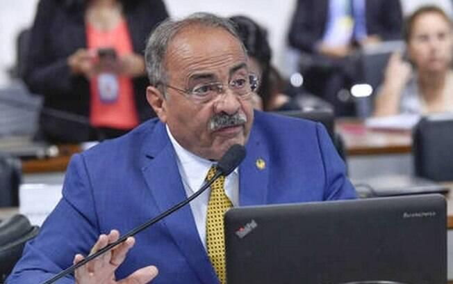Caso Chico Rodrigues: Delegado desconfiou ao ver 'um grande volume, em formato retangular, na parte traseira das vestes'
