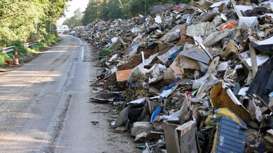 Entulho acumulado em estrada belga