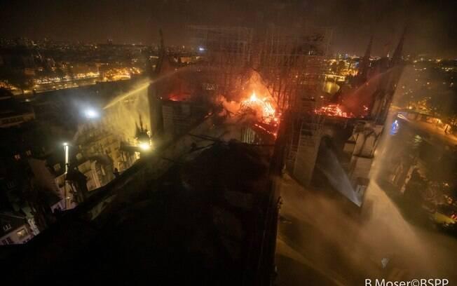 Incêndio começou na parte superior da Catedral de Notre-Dame