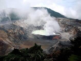 O lago no fundo da cratera do vulcão Poás  é formado por água de chuva