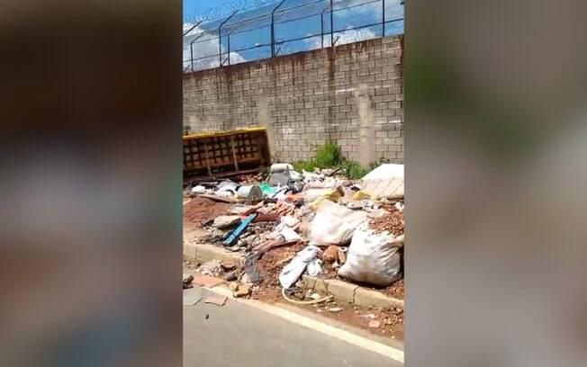Descarte irregular  flagrado em rua do Jardim Centenrio
