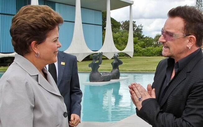 O vocalista da banda U2, Bono Vox, visitou a presidente no Palácio da Alvorada em 2011 (08/04/2011)