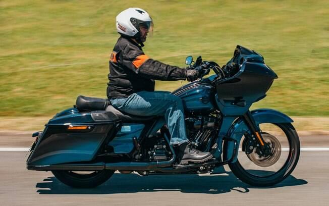 A Harley-Davidson CVO Road Glide é uma bagger, sem baú taseiro