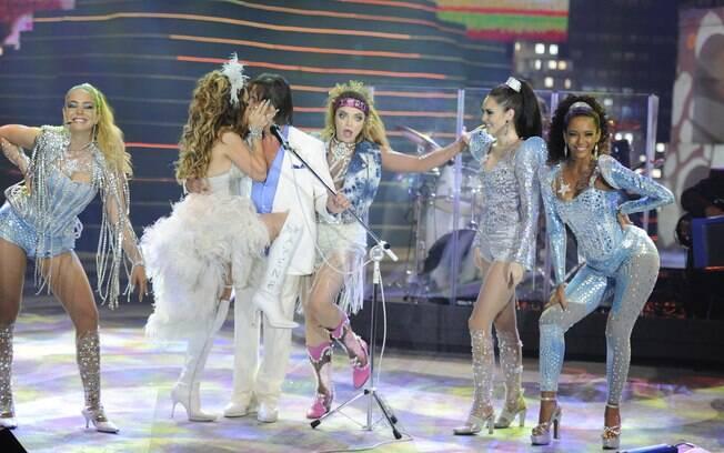 Roberto Carlos é agarrado por Chayene ao receber no palco a cantora e as Empreguetes da extinta novela 'Cheias de Charme'