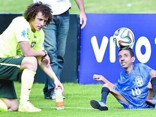 Fã da seleção, garoto deficiente físico foi levado à Granja Comary pelo apresentador Luciano Huck. Jogadores aplaudiram o jovem