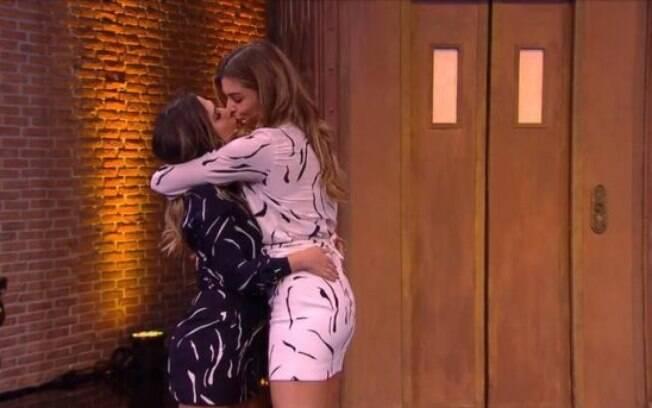 Tatá Werneck dá beijo em Grazi Massafera