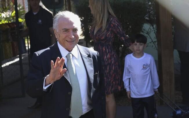 Michel Temer, acompanhado pela mulher, Marcela Temer, busca o filho Michelzinho na escola