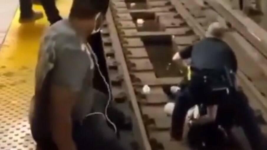 Vídeo: Homem é salvo após cair em trilhos pouco antes de metrô chegar a estação