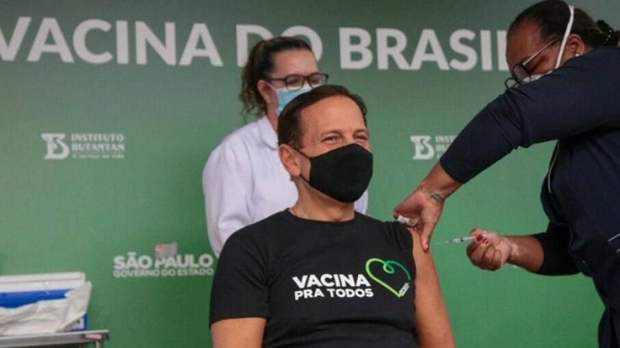 Governador de São Paulo João Doria é vacinado pela enfermeira Mônica Calazans