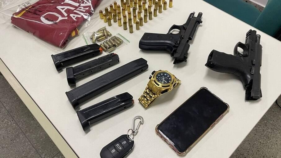 A polícia apreendeu armas, munições, dinheiro e entorpecentes