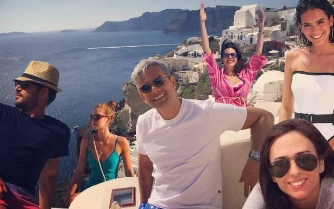 Otaviano Costa se rendeu a brincadeira com as fotos de Bruna Marquezine e Marina Ruy Barbosa na Grécia. O apresentador reuniu as duas atrizes na imagem, além dele, Narcisa Tamborindeguy, Tatá Werneck e Evaristo Costa