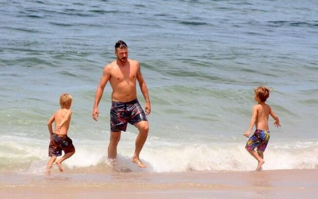 Rodrigo Hilbert se diverte com os gêmeos João e Francisco na praia