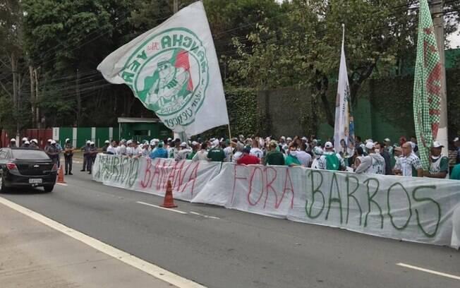 Mancha Verde protestou na frente da Academia de Futebol do Palmeiras