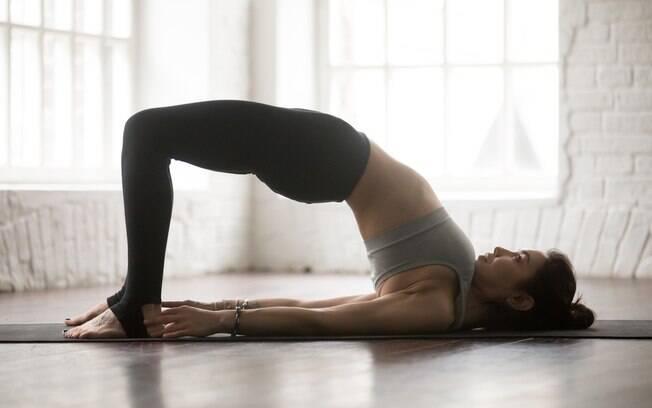Esta postura é simples e pode ser feita por iniciantes na ioga