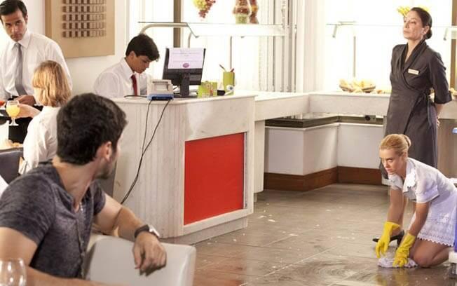 Wallace fica perplexo quando vê Teodora trabalhando como faxineira no hotel