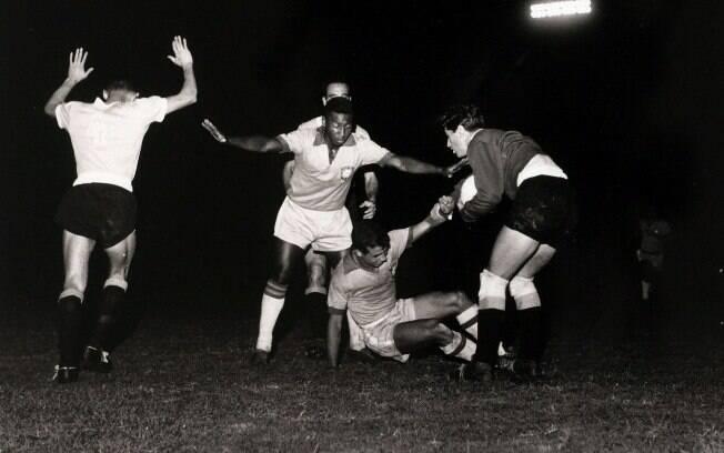 Brasil 3 X 1 Uruguai, Chinezinho do Brasil ajudou o goleiro JC Leiva no Uruguai, enquanto o Pelé fica de guarda