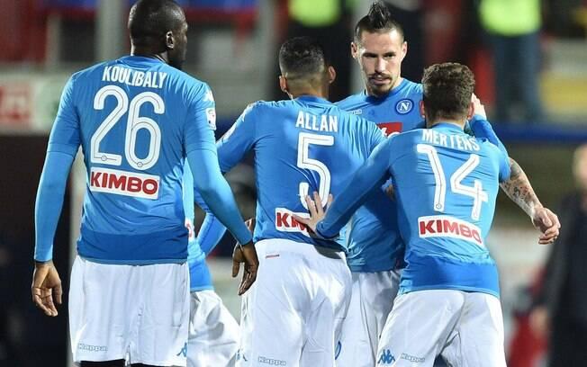 Napoli derrota Crotoni com gol de Hamsík