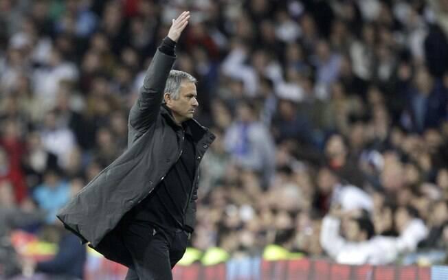 Mourinho esbraveja com a equipe após empate  com o Valencia neste domingo