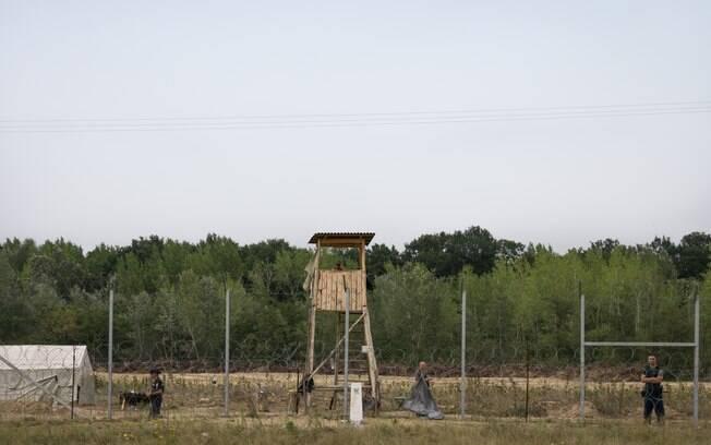 Muro que divide fronteira entre Hungria e Sérvia tem quatro metros de altura e mais de 175 quilômetros de comprimento