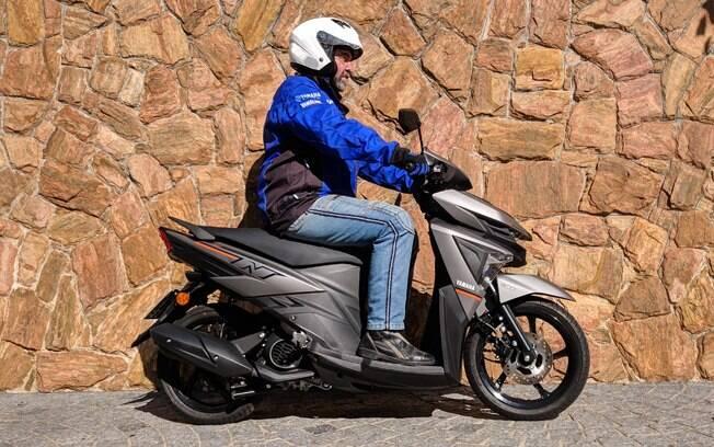 O Yamaha Neo 2020 na cor cinza fosco fica com certo aspecto esportivo e elegante
