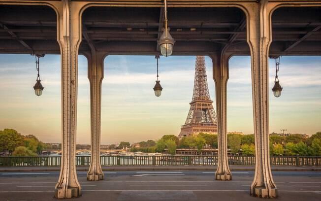 Debaixo da Ponte de Bir-Hakeim, é possível até ter um momento romântico e a dois com vista para a Torre Eiffel
