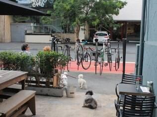 Bicicletas estacionadas em frente ao King of the Korf, mais recente bike café de São Paulo
