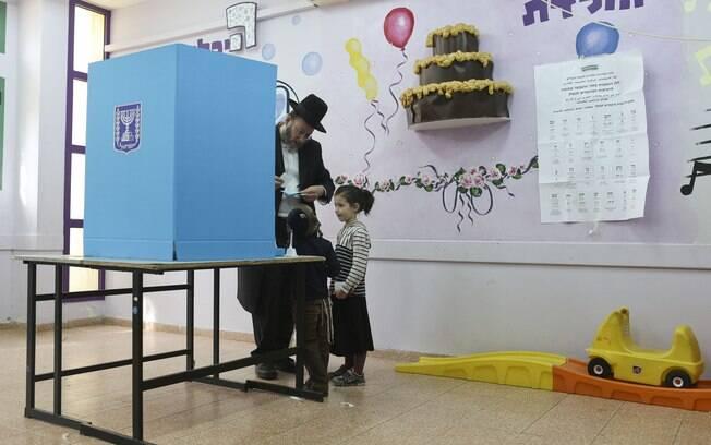 Judeu ortodoxo se prepara para votar nesta terça-feira (17) na cidade de Bnei Brak, em Israel