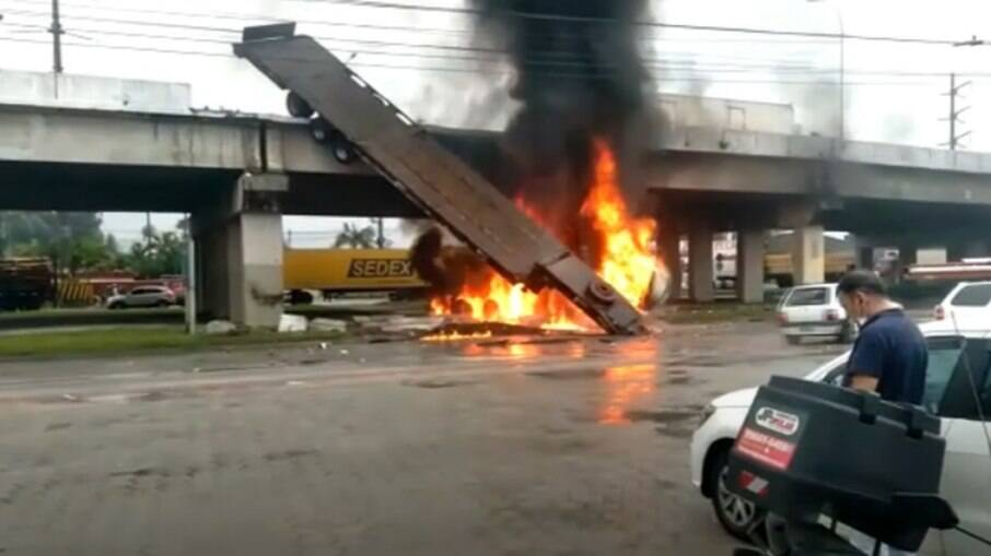 Caminhão cai de viaduto em SC