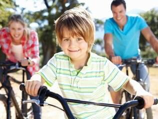 Permita que a criança escolha atividades e ressalte o lado divertido de se exercitar em família