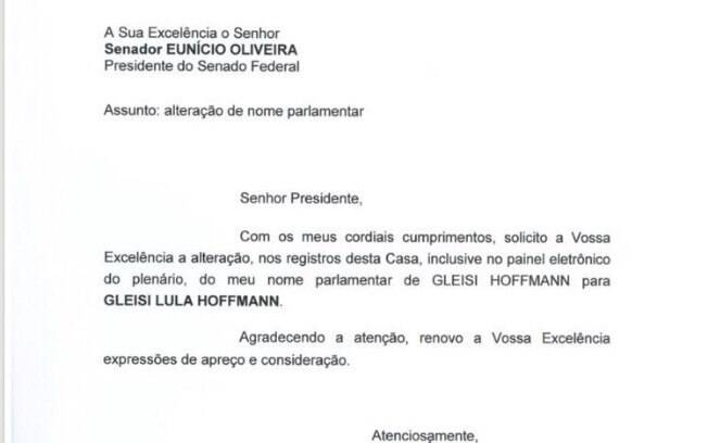 Diversos parlamentares, como a senadora e presidente do PT Gleisi Hoffmann, começaram a incluir