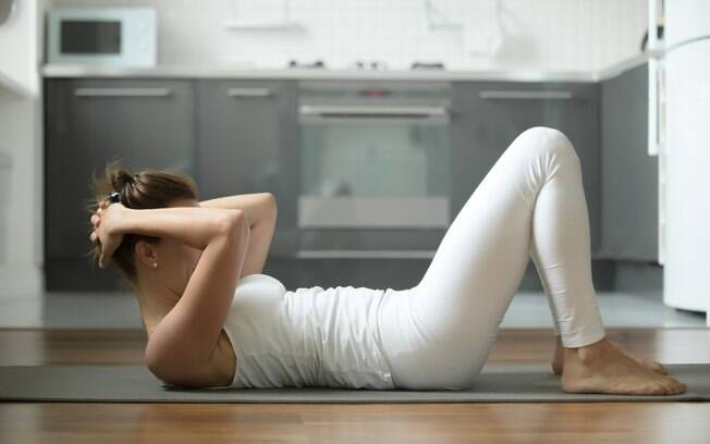 Veja como fazer abdominal em casa