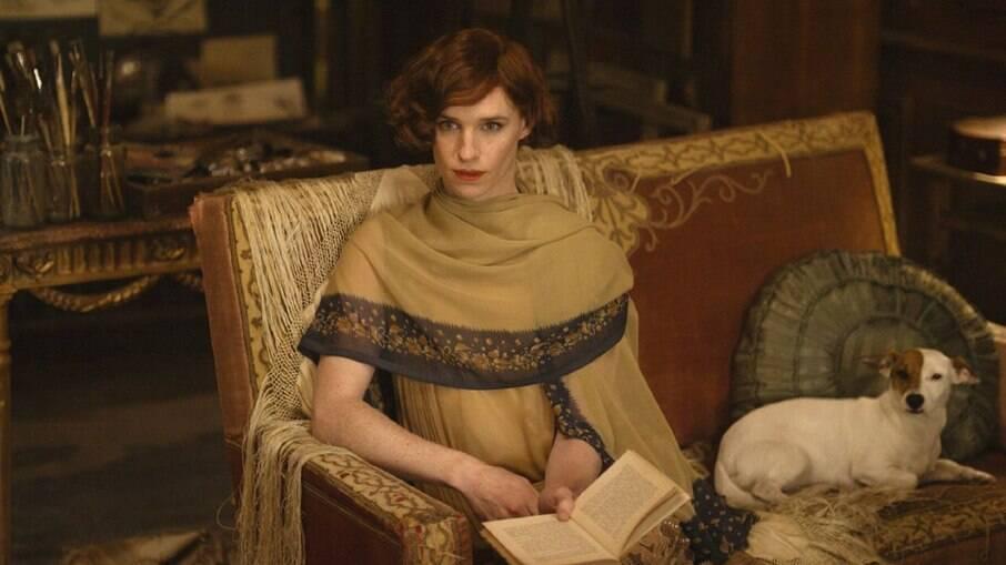 O ator Eddie Redmayne interpretou a personagem trans Lili Elbe no filme A Garota Dinamarquesa (The Danish Girl)