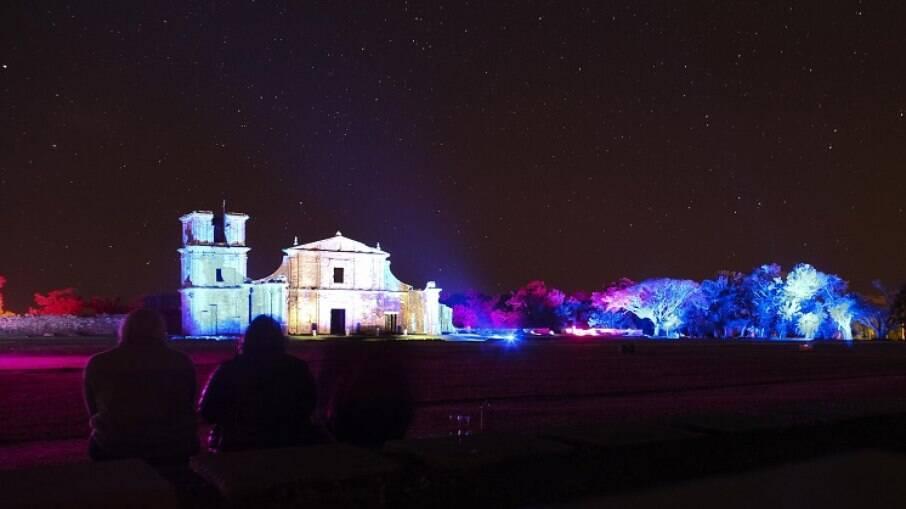 Ruínas de São Miguel das Missões iluminadas à noite
