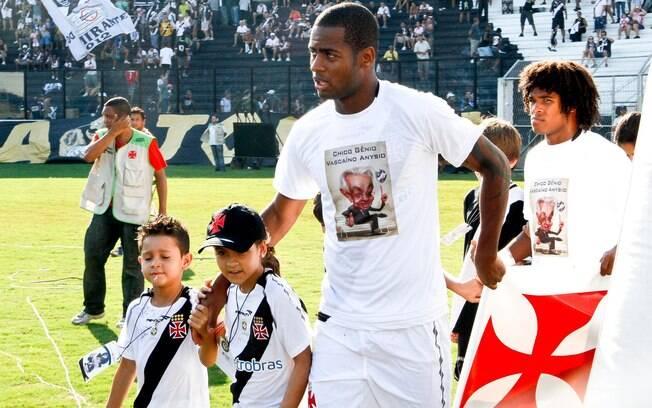 O Vasco entro em campo com camisa  homenageando Chico Anysio
