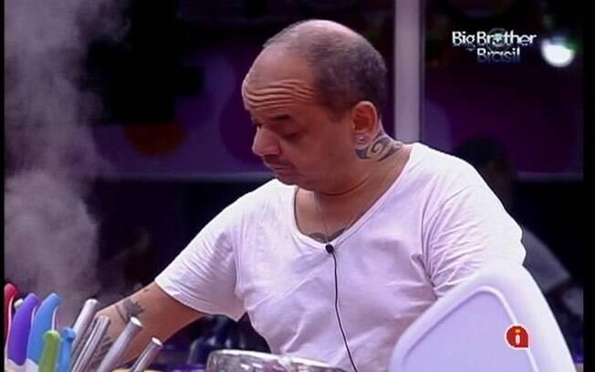 João Carvalho começa a cozinhar a comida para os confinados. No cardápio, arroz de forno, feijão e nuggets