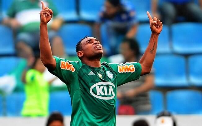 Obina comemora após marcar o primeiro da partida na Arena Barueri. Foi o  primeiro gol 6c4f4c0f9185e