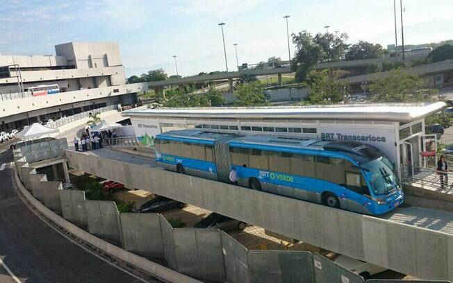 No momento, vários ônibus do sistema estão parados no Terminal Alvorada, na zona oeste do Rio de Janeiro