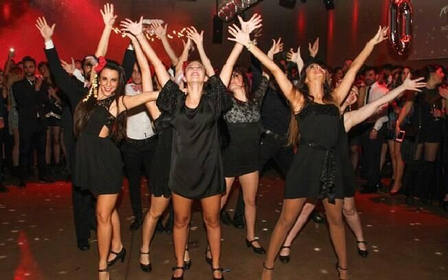 Festas que também são uma alternativa para casais com menos de 40 anos que querem dançar e não gostam de boates, afirmam os organizadores