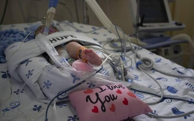 A bebê Gabriela, de 4 meses, que foi infectada pela Covid-19 ao se recuperar de uma cirurgia, em um hospital de Saquarema